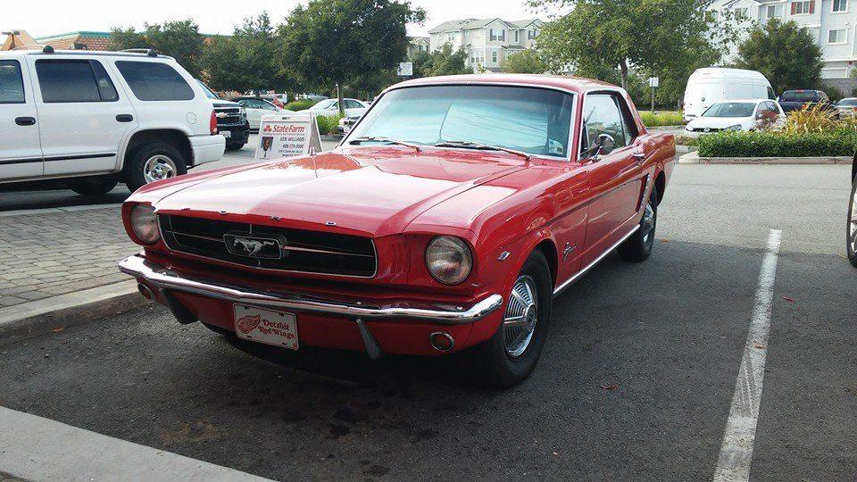 Po exkurzi ve vývojovém centru Specialized, opouštíme Morgan Hill. Zdravím se s krásným starým Mustangem ...