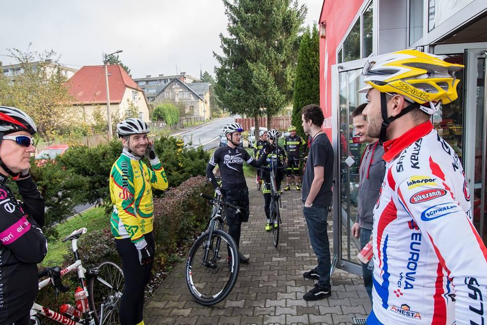 ... a třeba taky Michal Bubílek, výbornej biker, kterej zde každýmu rozdává bidony s Enervitem ...