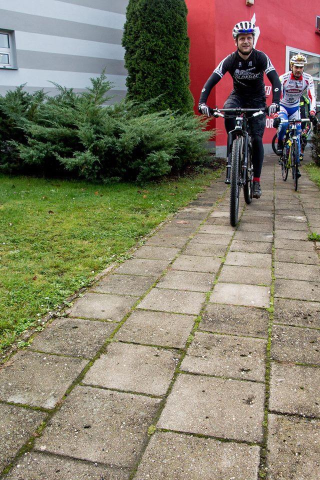 ... byli zde i tací, co čekali švih v terénu, vždyť ten Fery je už rok biker, no ne? ..