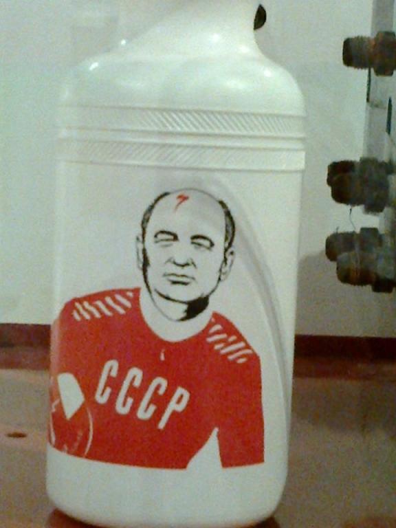 ... a tenhle pán zde již také asi nefiguruje :) . Přítel Gorbačov musel svou kérku později schovat ...