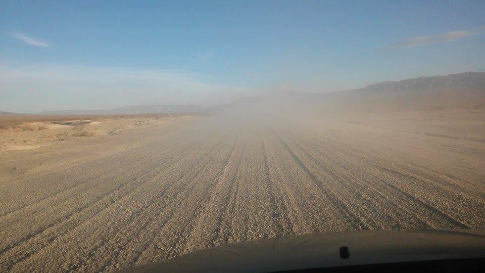 ... vítr vane pouští, po písku žene klobouk ...