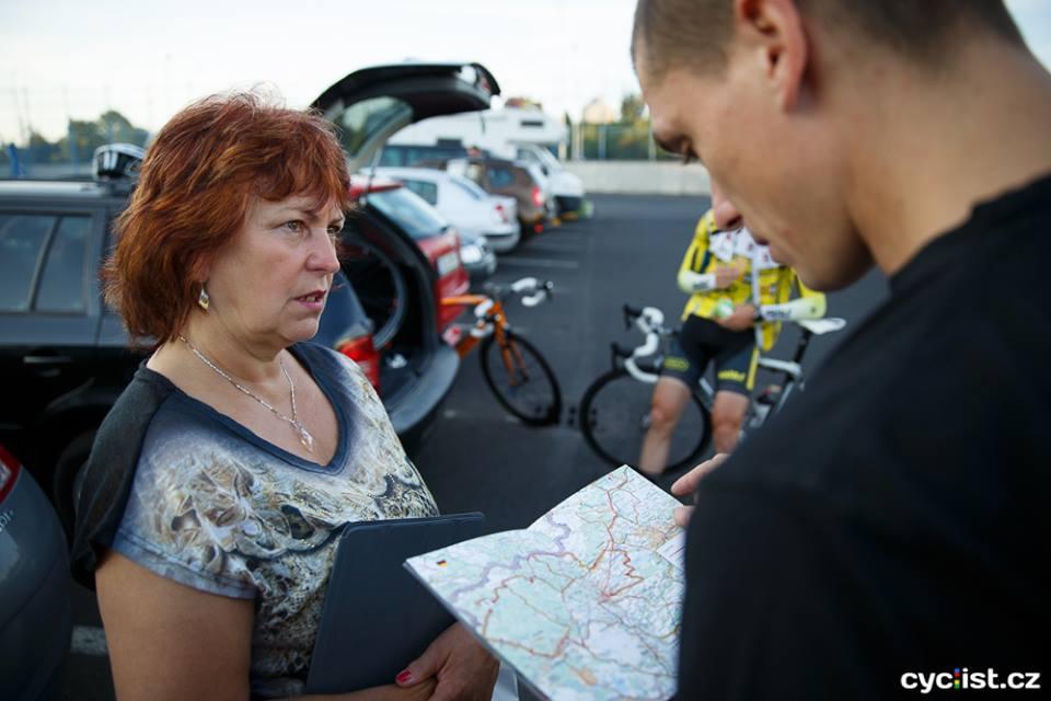 ... tchýně Ivana, pro změnu domestik Tomáše Tesaře :), Radek zkoumá trasu závodu a navrhuje místa, kde se bude nejlépe fotit. Bez motorky je to trošku složitější ...