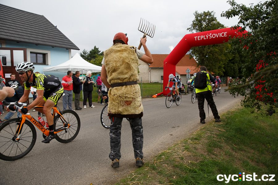 ... atmosféra na celém okruhu byla famózní, spousta fanoušků cyklistiky, živá hudba a další vymoženosti, včetně mobilní čtyřkolky s rozvozem horkého čaje :)