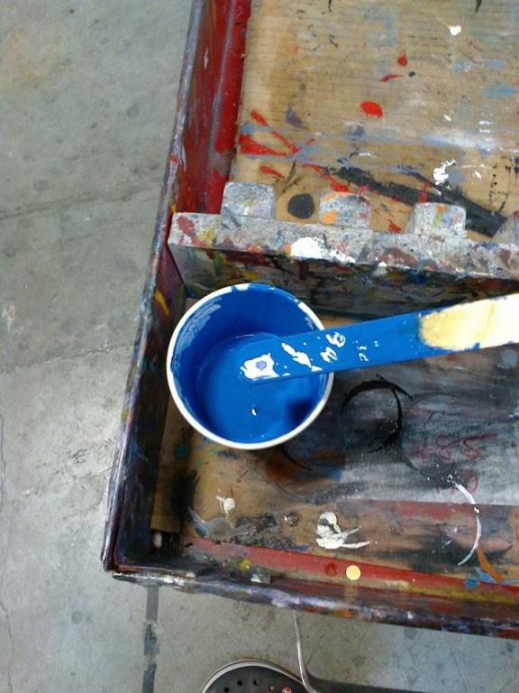 ... modrá barvička, komu zde asi nyní vyrábějí bidony? ...