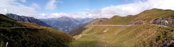 Stálo to za to, alespoň jednou sluníčko a trochu panoramata. Cestou zpět na Jaufen ze St. Leonarda už klasika, poprcháva/prší…