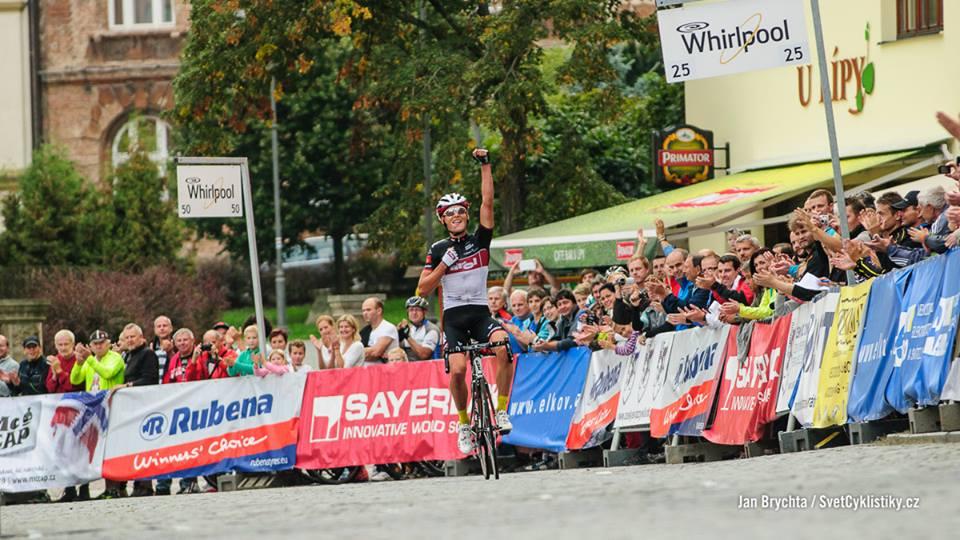 A zde je sám vítěz, závodník rakouského týmu Tirol Cycling Lukas Pöstlberger, který strávil poslední dva okruhy v samostatném úniku.