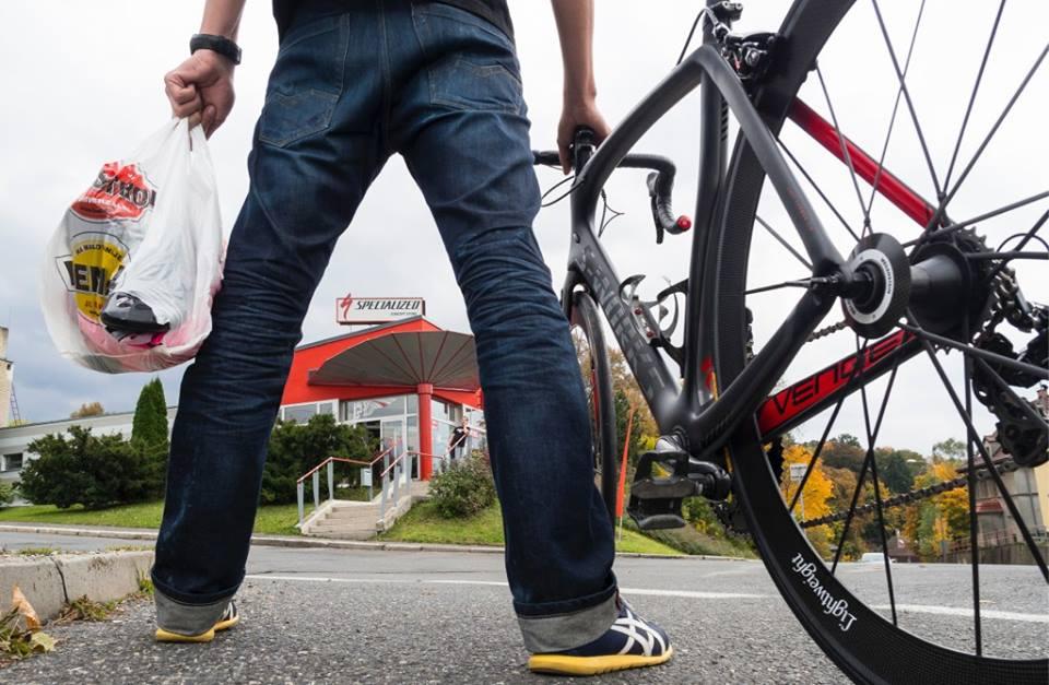Co s sebou? Stávající kolo, pokud si zrovna nejdete pro nové :). Cyklistické kraťasy, nějaké funkční triko, tretry a ...
