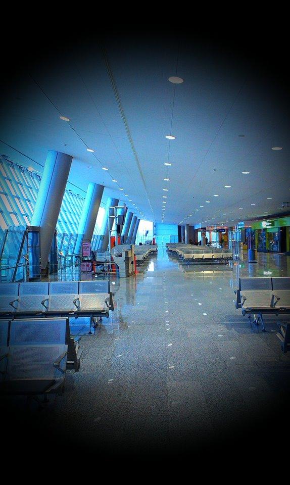 ... letiště bylo stejně mrtvé, jako celý ostrov ...