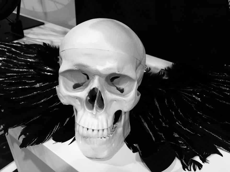 ... na naší expozici nesměla chybět okřídlená lebka ...