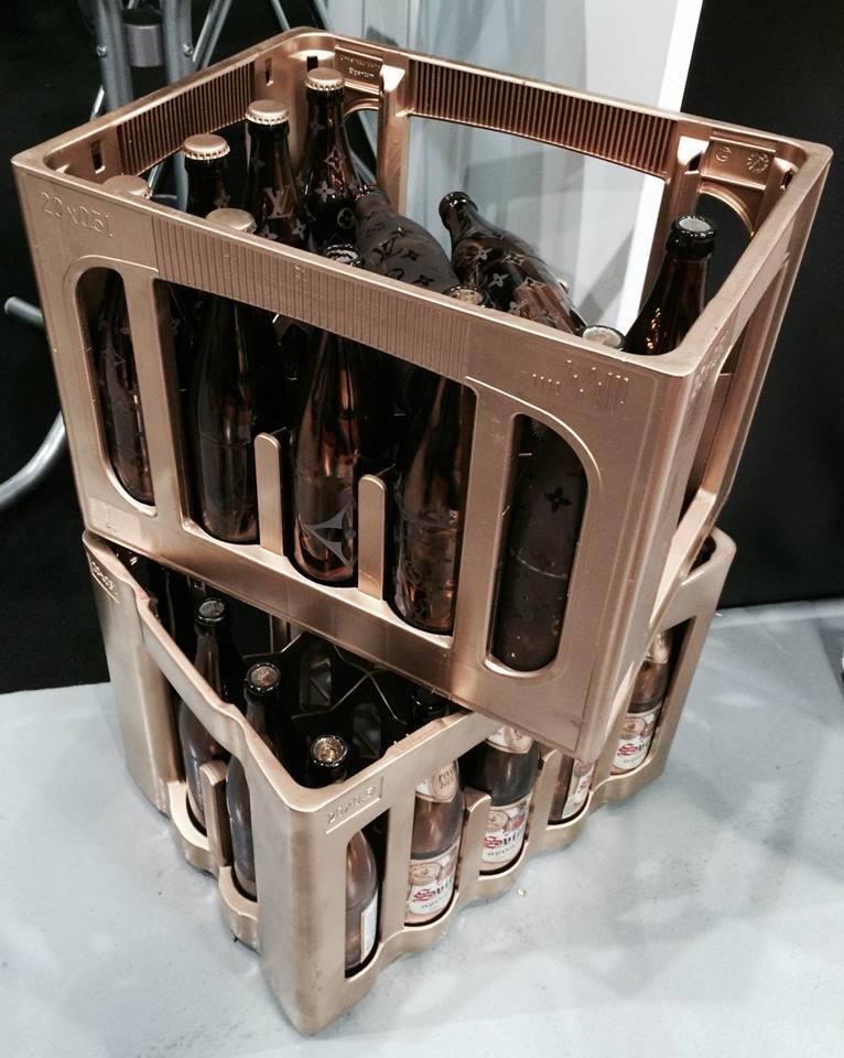 ... Lukáš Houdek nám zapůjčil své originální lahve Louis Vuitton. Všimněte si té podoby, zkratka LV ...