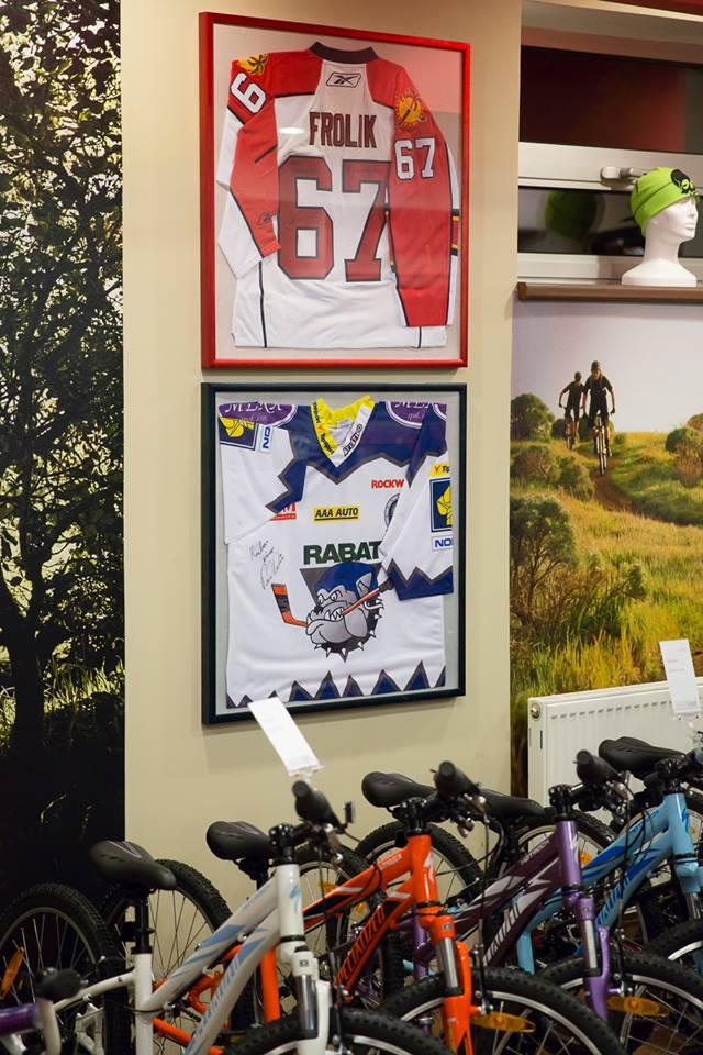 """... mezi naše zákazníky, kteří si odvezli kolo, patří i tyto """"hokejky"""" ..."""