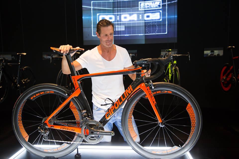 ... ale byl zde hlavně proto, aby uvedl a představil nový model kola na celosvětový trh ...