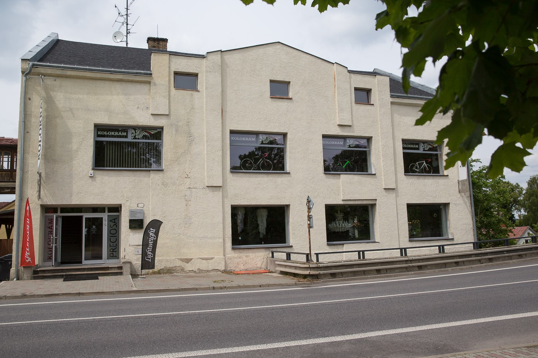... tato nenápadná budova, ve svém patře ukrývá centrálu firmy Kolokrám ...