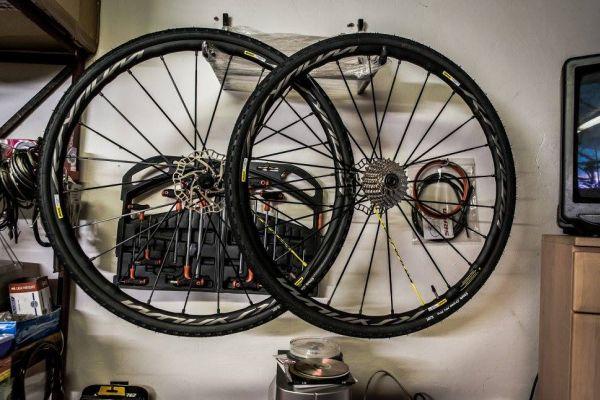 Už bylo dříve zmíněno, kolo bylo stavěno pro pohodové jízdy i po nezpevněných cestách, takže tyhle kulaté komponenty jsou přesně akorát ty pravé.