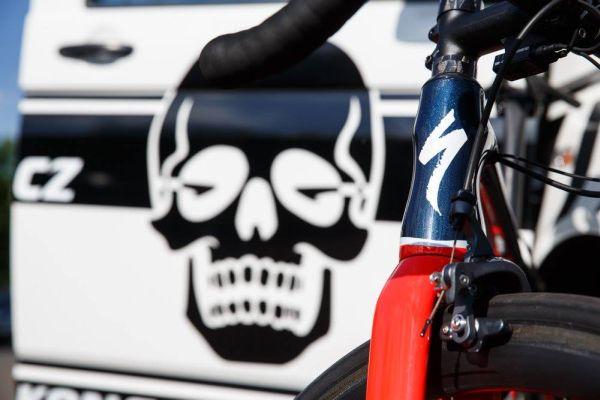 Jak jinak, než pod záštitou rozlítaný KOLOKRÁMský lebky! … zřejmě dobrej oddíl :)! — s uživateli Specialized Bicycles.