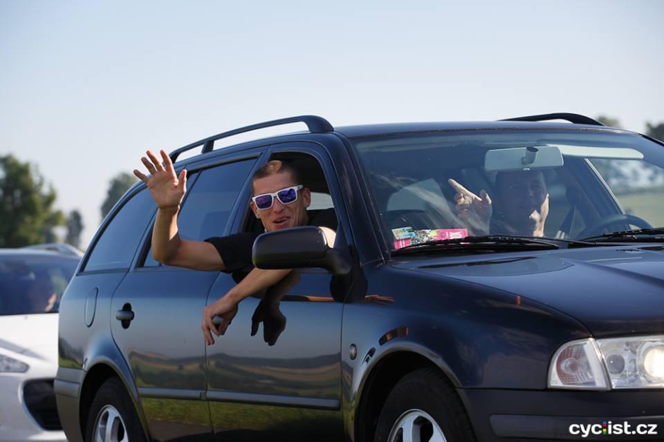 ... Ráďu s Holoušem to v autě však moc nebolelo, dobrá nálada jim nechyběla ...