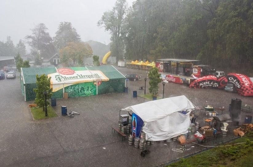 ... počasí vydrželo na závod, bohužel hudební produkce byla záhy narušena přívalovým deštěm..