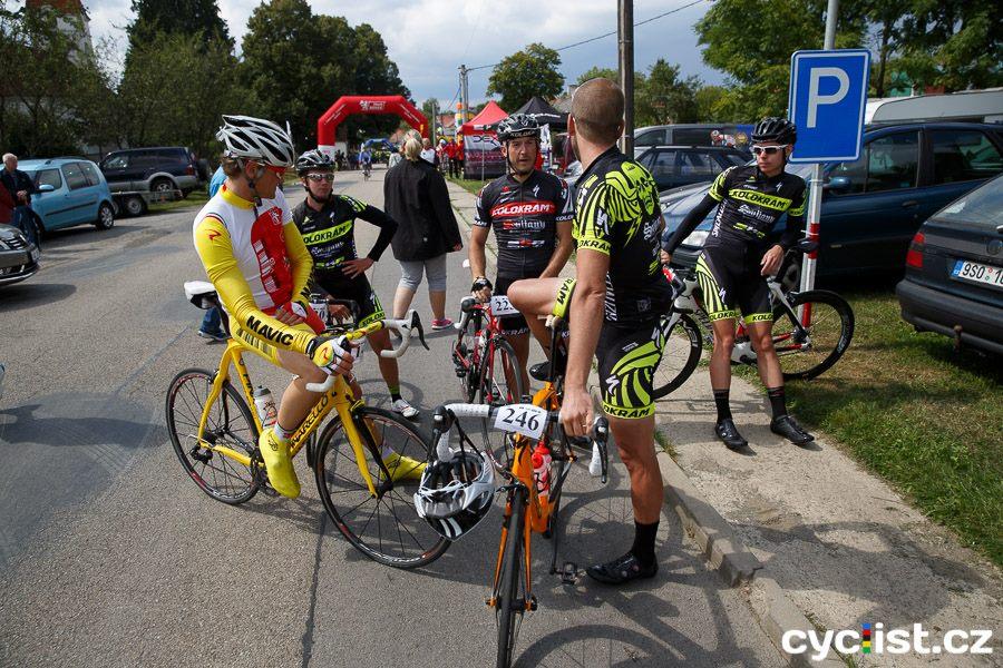 ... naší další posilou zde byl v černém dresu lídra pro Tour de Zeleňák, Libor Bartůněk a pátým mužem náš kamarád Honza Sabol ...