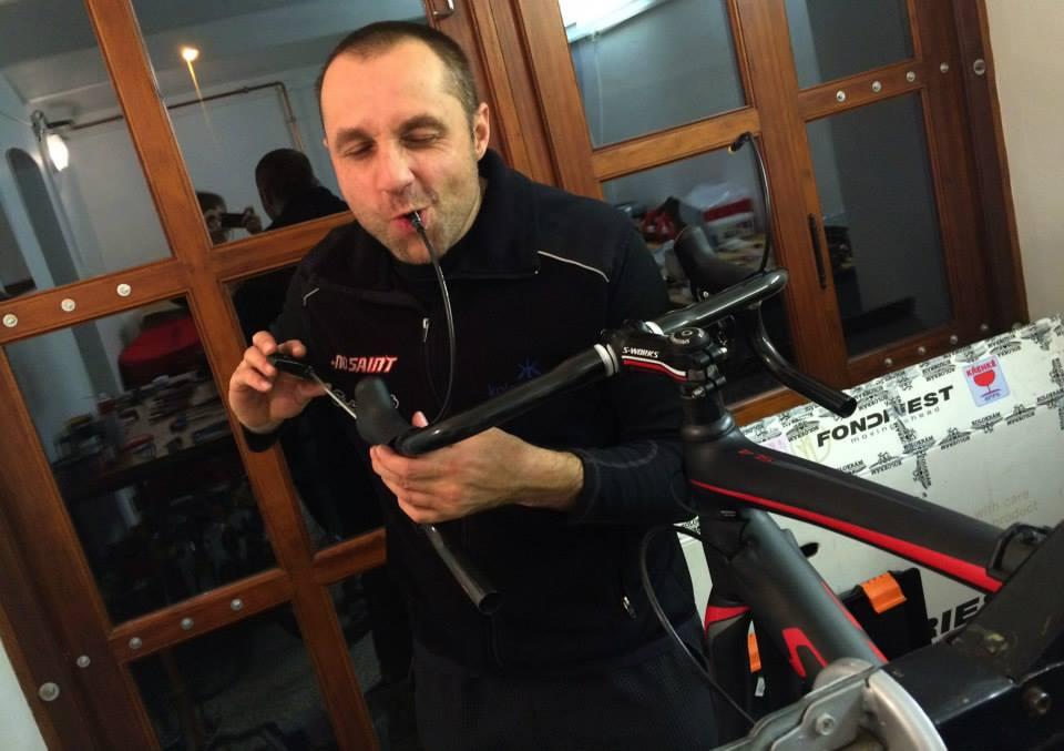 ... pokud kolo seřizuje náš ultraspecializovaný mechanik, nepotřebujete odvzdušňovací sadu ...