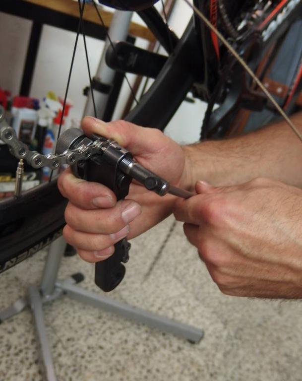 ... ještě, že máme tu nejtovačku od Rohloff, ta vše hned spraví ... http://www.kolokram.cz/naradi-udrzba/dilenske-naradi/nytovac-rohloff-revolver-3-pro-9-10-a-11sp-retezy.html