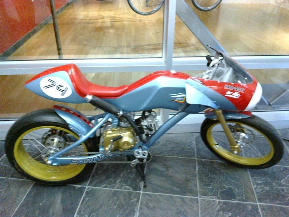 ... z Robertovy tvorby je cítit velký vztah k motorkám ...