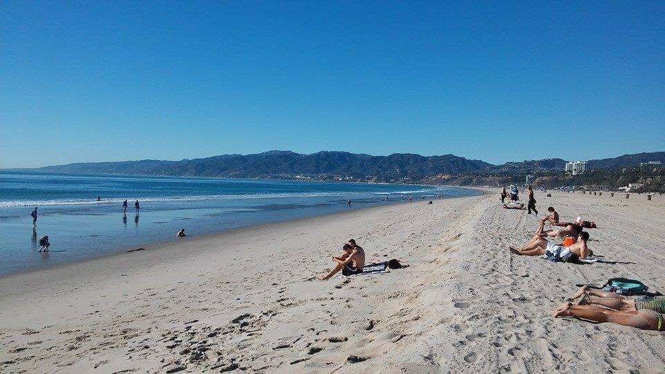 ... projíždíme Beverly Hills a jsme v Santa Monice. Což je město ležící na pobřeží Tichého oceánu. Své jméno město získalo od misionářů, kteří na toto území dorazili právě v den svátku svaté Moniky. Jak koukám, tak koukám, nikdo se netopí ...