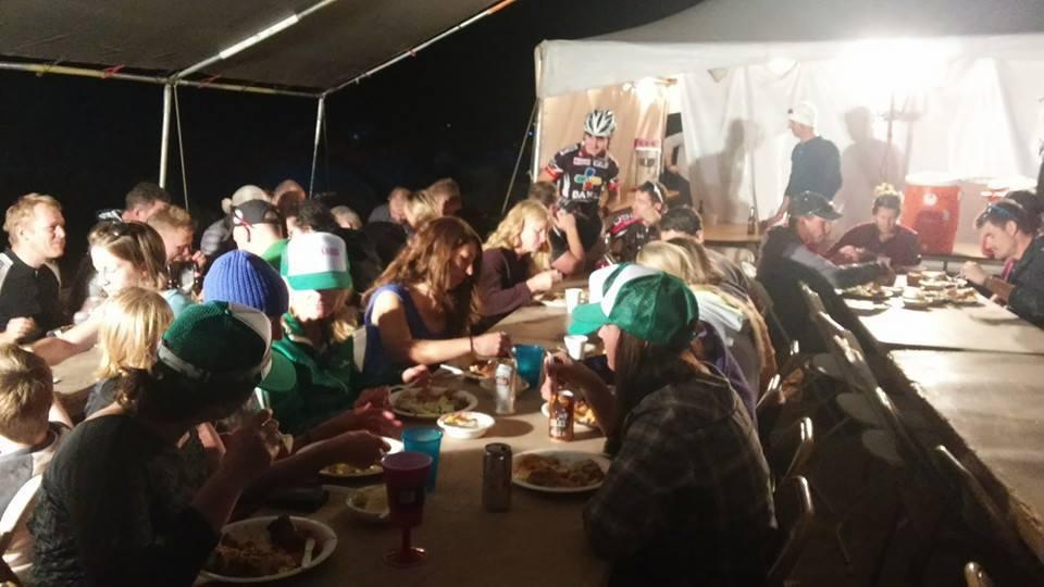 ... společná večeře s dalšími účastníky závodu. Panuje dobrá nálada ...