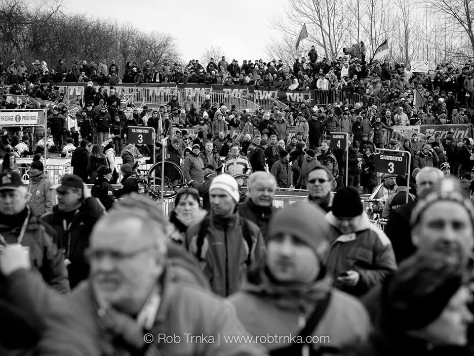 Fanoušci dychtivě sledují vyvolávání na start.